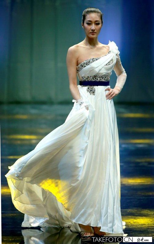 模特展示设计师张肇达的婚礼服装.图片