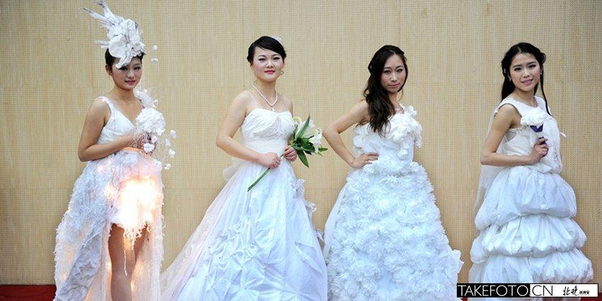 同学们用卫生纸创意设计婚服.