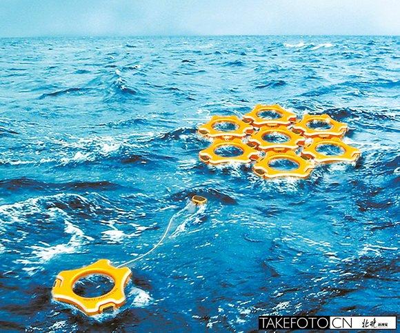 直升机是最好的海上救援工具,救援直升机上配备的救生吊篮就是为了将遇险者从海中救到直升机上。一位设计师设计了一种新型的救生吊篮,能够更快地将遇险者救起。 这种新型救生吊篮在未使用时是折叠的,节省了飞机的内部空间。救生吊篮底部带有LED照明灯,可以在光线不佳的时候应急使用。当遇到求救者处于受伤或者昏迷的状态时,救生设备可搭载一名救护人员帮助求救者套于救生环中,然后可利用充气囊将求救者固定在其中,使救援行动更迅捷有效。 马航失联航班牵动人心,茫茫大海上的搜救一刻未停,人们都在为航班上的人们祈福,希望有奇迹发生。