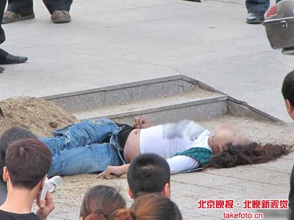 广东男子求爱被拒 当街连刺14刀杀死女子