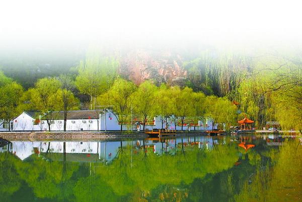 下湾村位于国家4a级风景区百里山水画廊的终点处,滴水壶景区就在村域