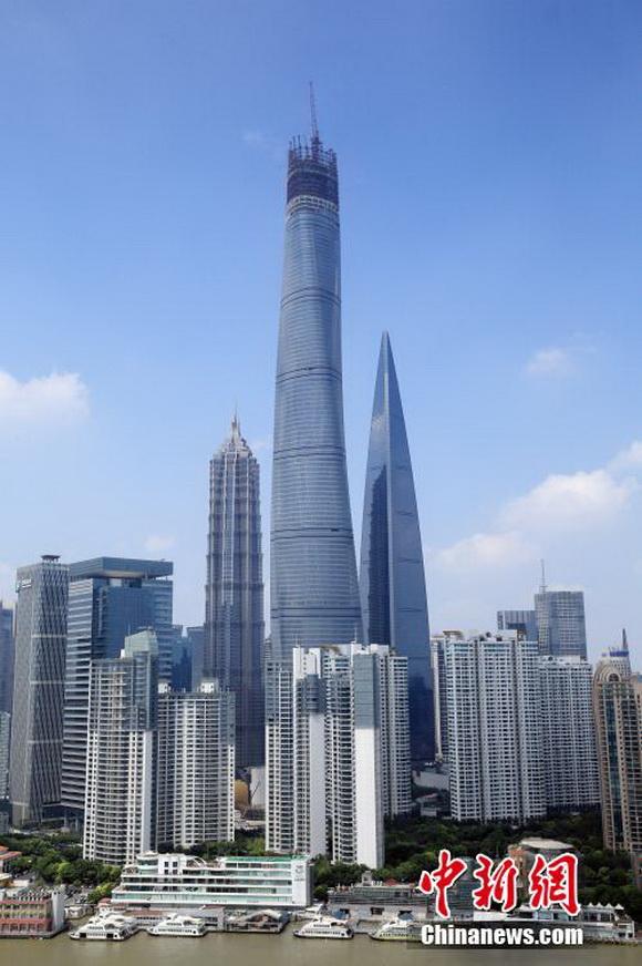 2014年8月4日讯,2008年底在全球金融海啸背景下开工的上海中心大厦总高度比著名的台北101大楼(508米)还要高出约四分之一,地处上海浦东陆家嘴金融城。  上海中心大厦3日于此间完成最顶端的塔冠结构,成功攀上632米高度,刷新了沪上天际线。潘索菲 摄  上海在建最高楼 潘索菲 摄  上海在建最高楼 潘索菲 摄 建设方上海建工机施集团方面介绍,上海中心大厦塔冠结构位于118层至137层,高度为546米至632米,包含塔楼观光层、机电设备层等4个建筑功能区。 资料显示,2013年4月,上海中心大厦
