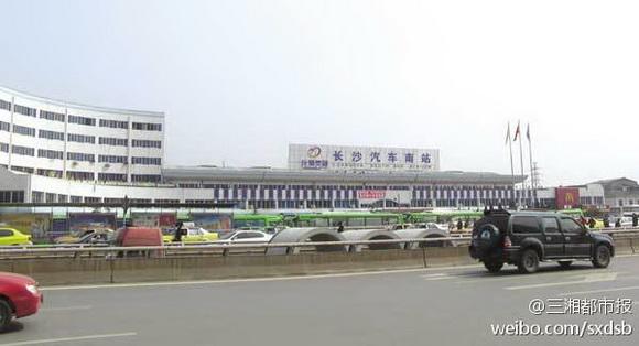 湖南长沙汽车南站有男子持刀砍人 已被警方控制