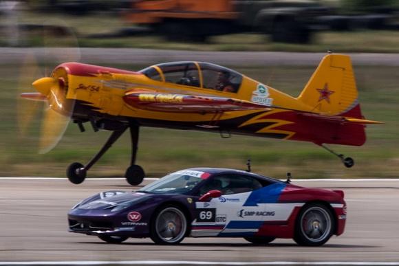研究院机场组织了军用飞机与顶级跑车之间的竞速活动