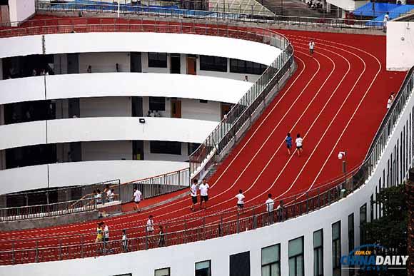 小学的房顶环形跑道正式启用,学生们首次在环形跑道上跑步玩耍.