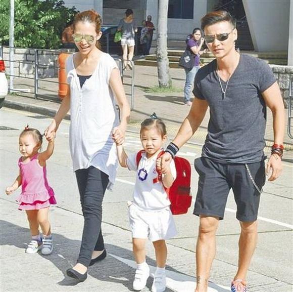 蔡少芬张晋送孩子上学四人拉手过马路