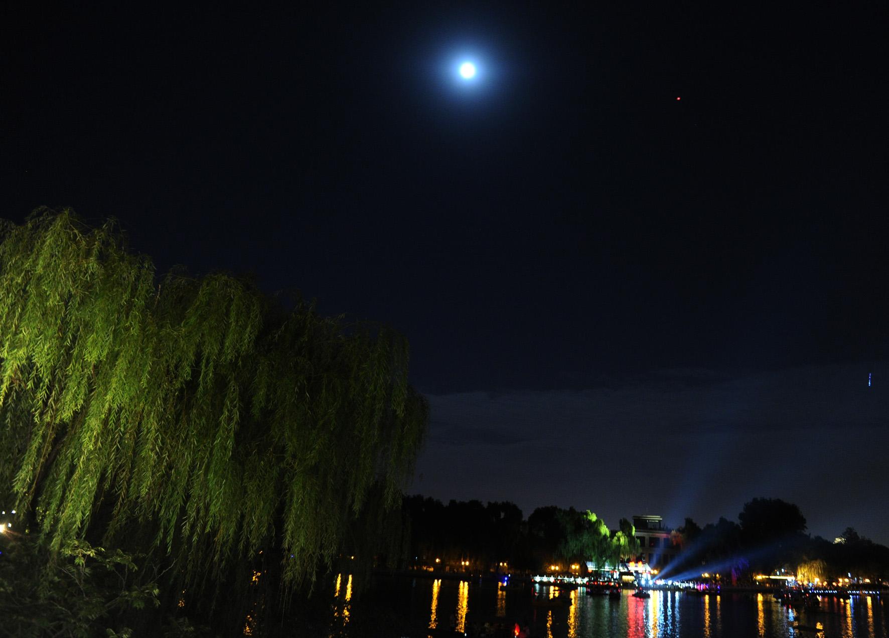 中秋碰上好天气月亮刷屏了 市民争相晒照片 | 北晚新