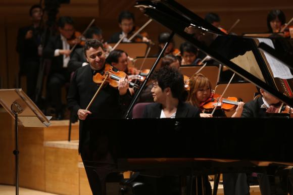 上半场演出的是由陈其钢创作的《交响前奏曲<京剧瞬间>》、俄罗斯小提琴家文格洛夫演奏的中国小提琴协奏曲《梁祝》。下半场来自匈牙利的次女高音伊迪科康姆罗西接连演唱了自己的拿手曲目威尔第的歌剧选段《在美丽的花园中》和圣桑的作品《我的心因你的声音而开启》。郎朗则以新乐季驻团艺术家的身份压轴登台,演奏了自己的成名作柴可夫斯基《第一钢琴协奏曲》。
