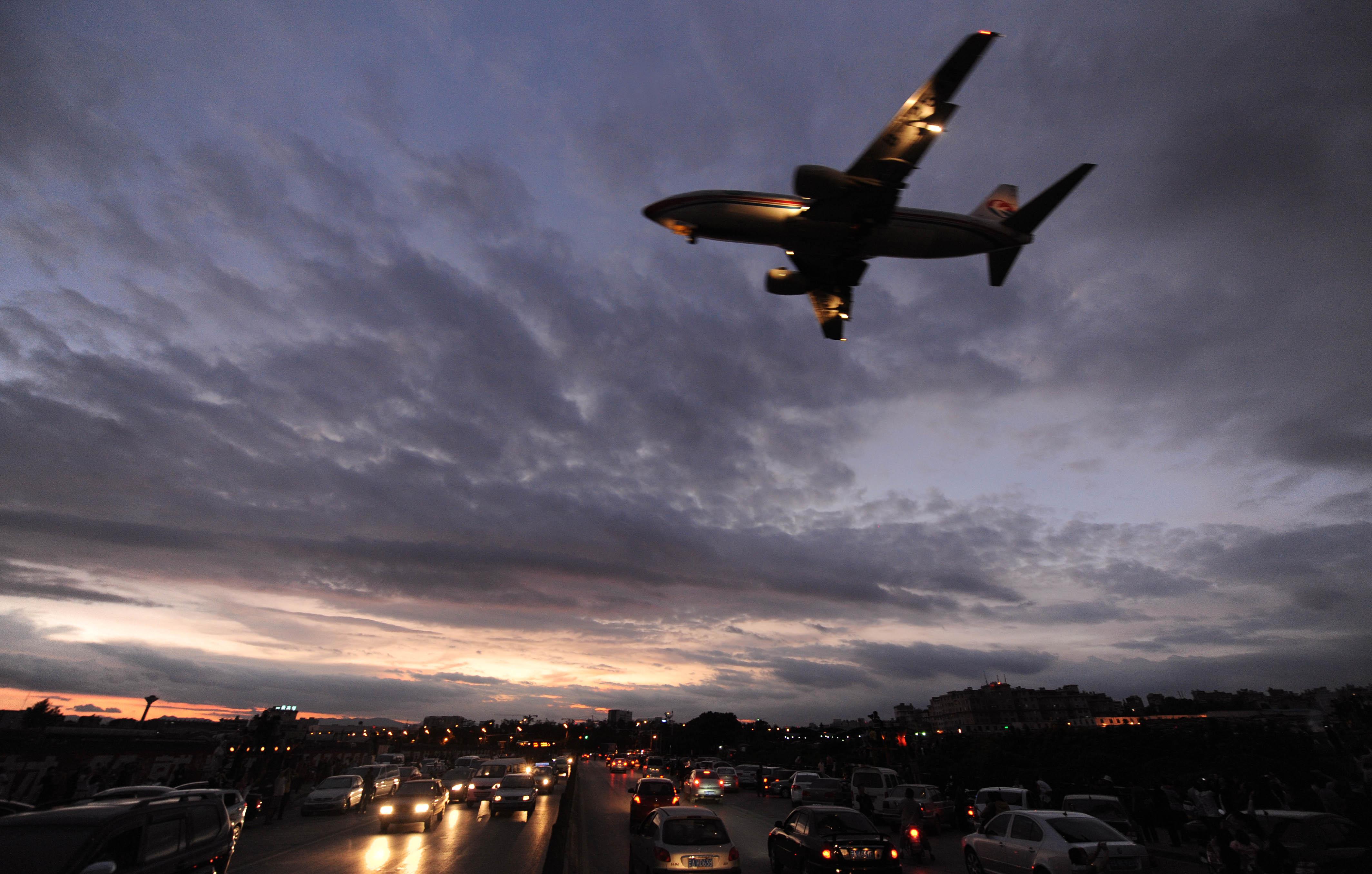 这趟航班从巴黎飞杭州,经停西安,从巴黎到西安的飞行时间就要17个小时左右,而这17个小时里,飞机经济舱内近200位旅客,只能靠两个厕所来解决内急。 起飞后不到一小时, 经济舱5个厕所3个罢工 昨天早上8点多,网友zoey爆料:自己乘坐的从巴黎飞往杭州的航班,起飞后不过两三个小时,就因为乘客往马桶内丢纸造成堵塞,经济舱内5个厕所罢工了3个。剩下两个不得不加班加点超负荷工作,一路上基本没缺过人。 事后,记者联系上了这名网友,她姓王,国庆节连上年休假,去欧洲玩,没想到刚度完轻松假期,回家的旅途中提前被