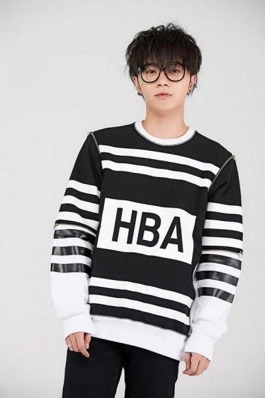 华晨宇为杂志拍摄了一组封面大片,摘掉眼镜酷帅十足,却又不失俏皮可爱