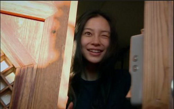 有网友晒出了国外媒体对中国版《Running Man》的评价,文章中调侃了Baby不够真实,远不如韩版宋智孝的素颜坦诚。过于在意形象,时刻要求自己美美的,有失娱乐性。 然而,在最新一期《奔跑吧兄弟》,仿佛是为证明自己素颜的美丽,baby再次挑战,卸妆上镜。是不是美人,一卸妆就知道。 中国版跑男《奔跑吧兄弟》开播,节目中Angelababy素颜出镜,落水照更是被赞出水芙蓉,但实际上还是没有宋智孝豁得出去,落水后马上补妆。 在游泳池边,Angelababy一次次被弹射椅弹入泳池,几次之后早已浑身湿透,披着