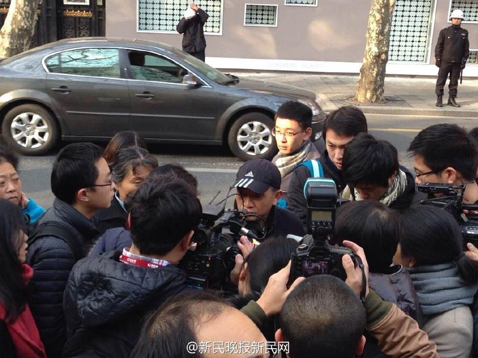 9点10分,林森浩的父亲林尊耀也出现在法院外.