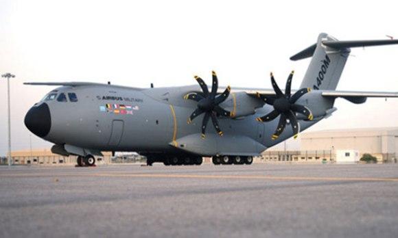 A400M军用远程运输机(资料图) 六米长的探头安装在A400M驾驶舱上部的机身上,使得运输机能够在飞行中加油。这种加油功能显著扩展了运输机的作用范围,同时也使其能够作为空中加油机承载随后向其他飞机输送的燃油。 GE航空公司Hamble部负责金属加油探头的设计、制造和鉴定 – 包括全尺寸的静态、振动及雷击验证。相关的工作还包括设计、制造和提供碳纤维复合材料的整流罩,以确保探头与机身接口处的气流平稳。 GE航空公司Hamble部负责支持空中客车公司防务和航天部进行A400M作为受油机的空中加油