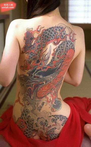 揭秘黑社会女老大裸纹身全过程:幼年被仇敌注射药物强奸图片