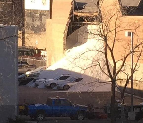 据报道,围墙倒塌的时候,彼得穆勒是在芝加哥箭牌工程和技术中心为数不多的人之一,他的办公室位于芝加哥鹅岛工业的一部分,因此噪音是非常常见的。直到人群开始聚集在办公室面向西方的窗户前,穆勒和他的同事们才意识到轰响声来自莫顿盐工厂。 他说:我从9月以来一直在这里工作,看着载有盐的大型驳船沿河漂浮,每天到工厂卸货一直是我们办公室的一个景点。他表示,每天都有大量的盐进入工厂真的很了不起。报道称,穆勒听到的轰响是莫顿盐业公司围墙突然倒塌的声音,大堆的盐喷涌而出,将隔壁车行的数辆汽车淹没。 芝加哥消防部门证实,此