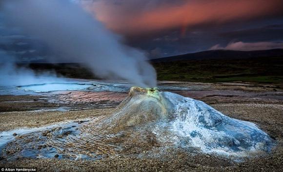 图为图为在冰岛瓦特纳冰原的一个泉水.