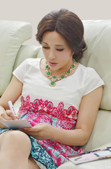一代女皇武则天60岁刘晓庆玩自拍 微博晒穿透视自嘲变