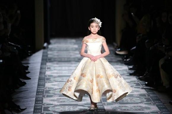 中国9岁小模特绣球国际t台超范儿 长相似高圆圆猫步走出中国风