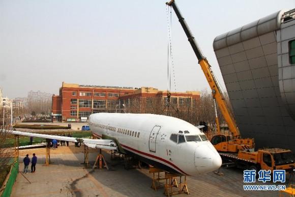 维修人员对波音737-300飞机进行机翼组装作业