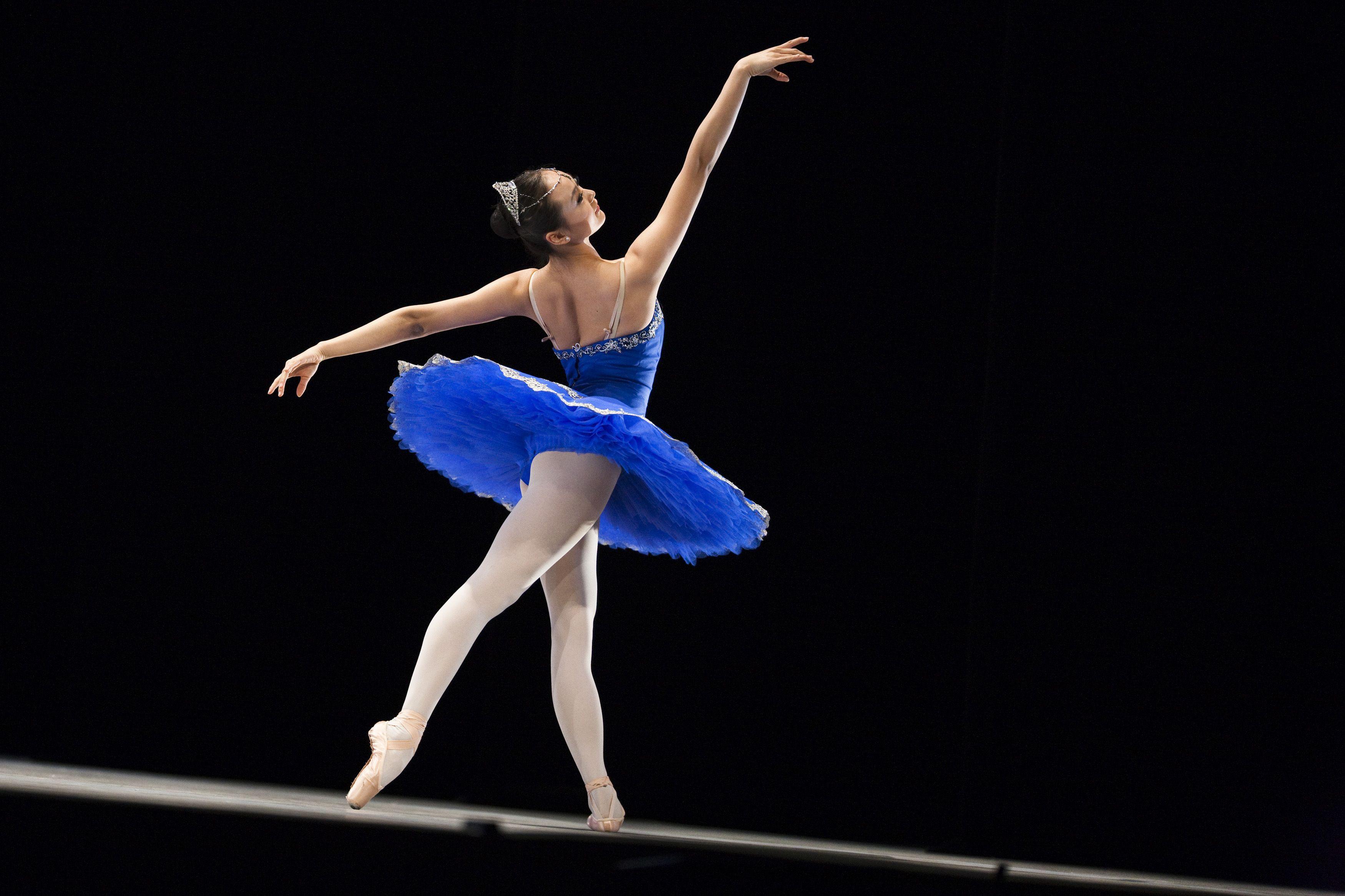 图文无关 作为音乐家的我对芭蕾舞并不在行,但很喜爱,从小就知道苏联芭蕾舞女神乌兰诺娃,而普列谢茨卡娅是继她之后的又一位尖峰大师。当我成为交响乐团中提琴演奏员后,有过多次幸运的机会在舞台上近距离地观赏到世界艺术大师的表演,例如帕瓦罗蒂、多明戈和卡雷拉斯等。但有时又感到我们与大师是擦肩而过了,对一些大师没有认识到他们的价值与分量,这与过去年代我们社会的资讯不发达有关。例如维也纳爱乐乐团1972年第一次访华时第二套音乐会的指挥家波斯科夫斯基,他是卡洛斯克莱伯那样分量的大师,当时对他没有介绍,直到二十多年后才有