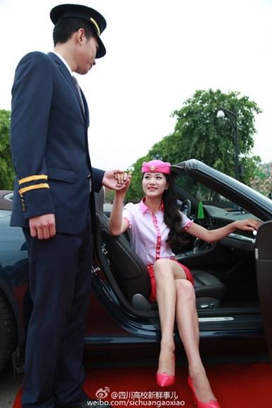 成都高校毕业红毯秀透视装成焦点 豪车如云一招一式明星范十足