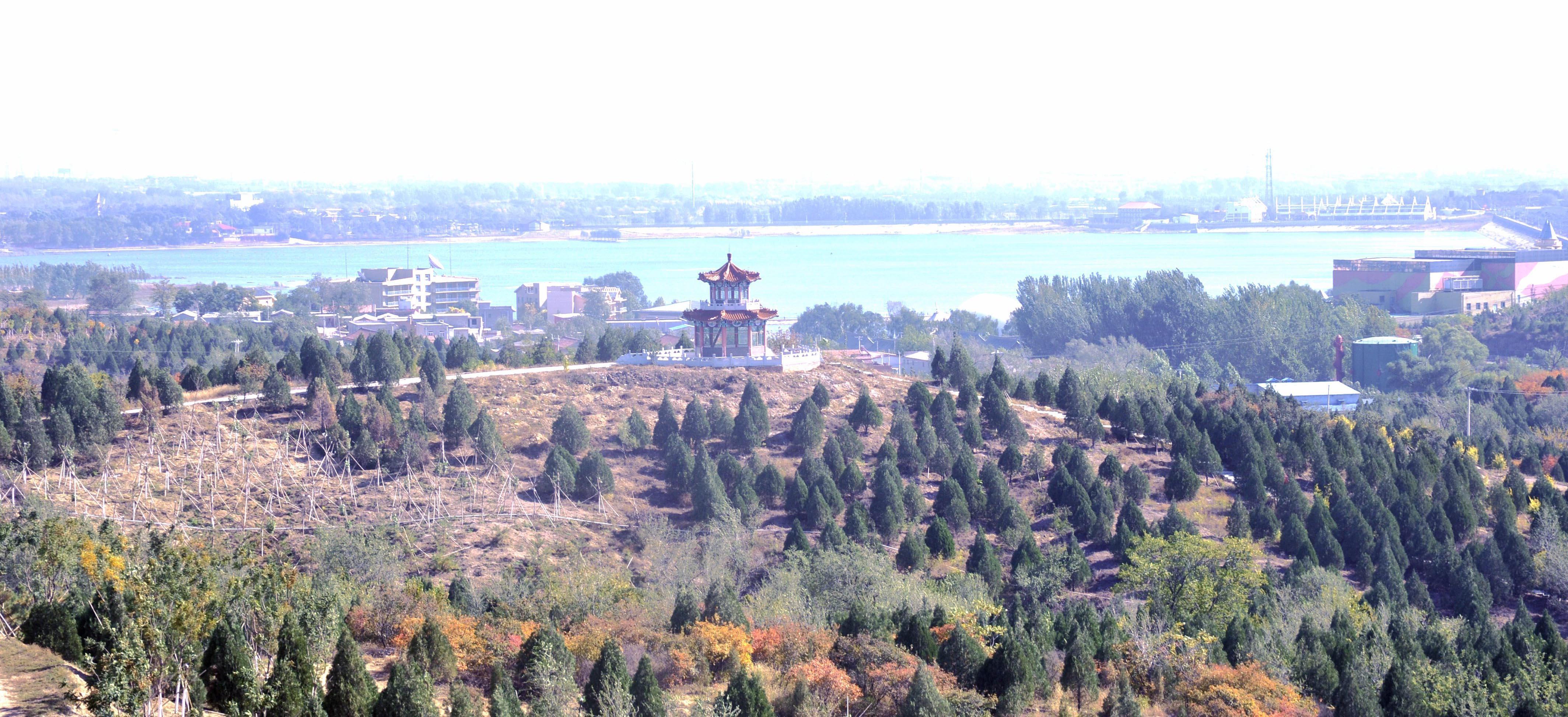京西林场的前身京煤林场成立于1964年。林场由分散在门头沟和房山的7个林区组成。这个季节,如果从高空俯瞰,这片近18万亩的林海,连绵于京西山峦上,构成一道浓墨重彩的绿色屏障。 从门头沟城区往西45公里,大台地区的曹家铺,是距离北京城最近的林场片区。乘坐越野车,沿3米多宽的土石路上山,夏日炙热、刺目的阳光很快被浓密、连片的树荫遮蔽,山上山下,仿佛两个季节。 这片林子也有50多年了。京西林场林业科科长曹治峰说,原京煤林场的林地普遍建于上世纪五六十年代。当时,国家大力提倡煤矿企业建坑木林。 所谓
