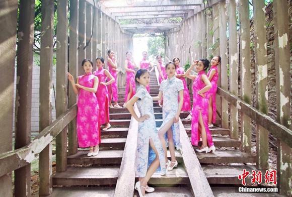 中南大学礼仪队高颜值毕业照吸睛 长腿配旗袍外加制服