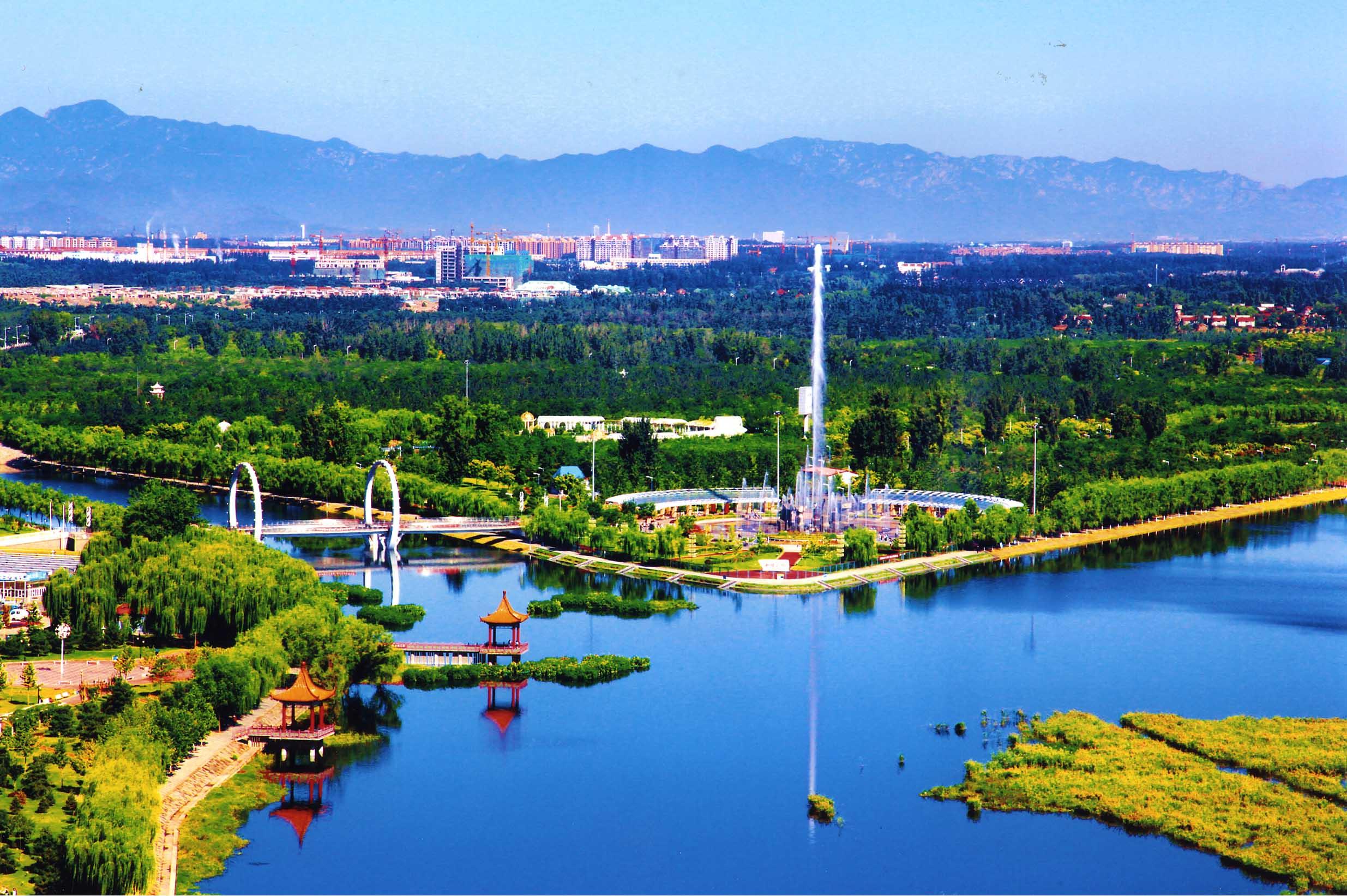 双河之汇。张金泉 摄 开车走在京平高速与东六环的交会处,窗外就能看到大片大片的绿色,水面穿过郁郁葱葱的森林,与绿植、花卉错落分布,远远望去,湿地与森林交融在一起,宛若一片独特的水上森林。这就是京东最大的湿地公园东郊森林公园,从她身边流淌的,就是潮白河水。虽还未完全建成,公园还是已经吸引了不少市民游玩休憩。完全建成之后,这片广阔的湿地足足有7000多亩,面积相当于8个奥林匹克森林公园。除了东郊森林公园之外,密云、怀柔、顺义也已建成3座滨河森林公园,总面积将近4万亩。4个大型湿地公园点缀在潮白河