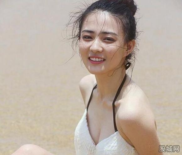 徐璐比基尼写真前凸后翘身材火辣 粉丝献歌:你在我心中是最美
