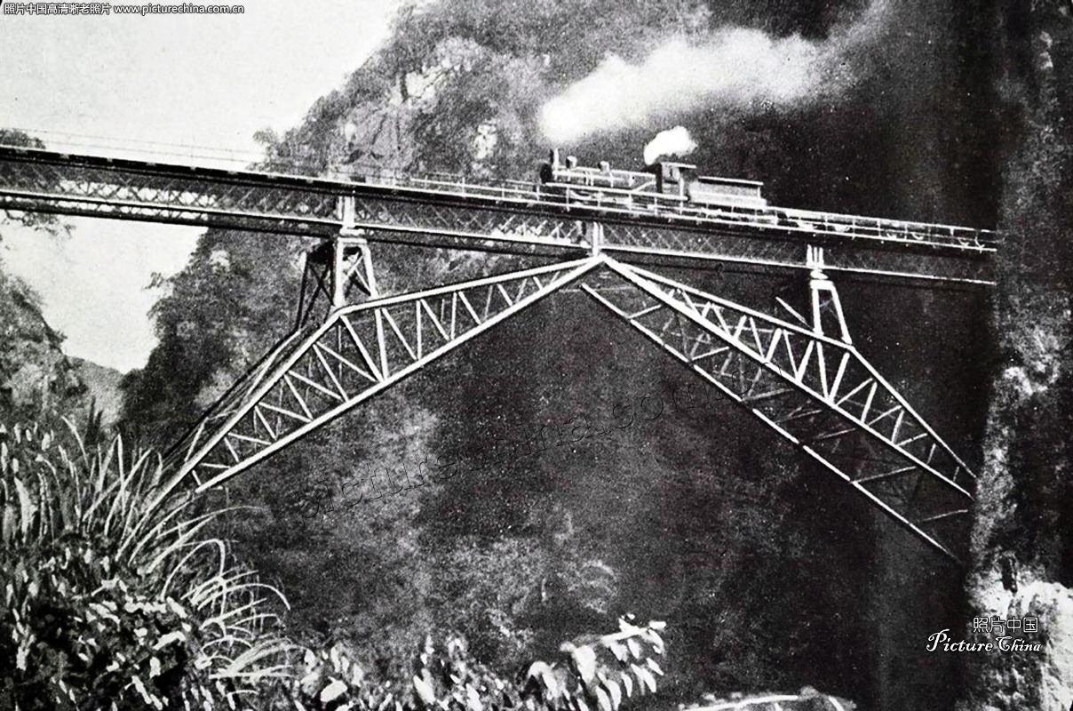 九一八事变之后,日本帝国主义侵华战争的步伐加快,这威胁到了国民党的统治。南京政府对日本态度开始强硬,着手抗战准备工作。在抗日战争打响前,南京政府修筑了多条国防战备铁路。 首先修筑苏嘉铁路,这条铁路是从(南)京沪线上的苏州站到沪杭甬线上嘉兴站,1935年2月动工修建,1936年7月完成。苏嘉铁路通车后,从南京到杭州不经由上海,距离缩短150公里,在抗战初期发挥了很大作用。1937年11月国民党从淞沪后撤时,(南)京沪铁路的机车车辆经由苏嘉线撤离到沪杭线,再转至浙赣线。日军占领华东后,把苏嘉铁路拆除,钢轨