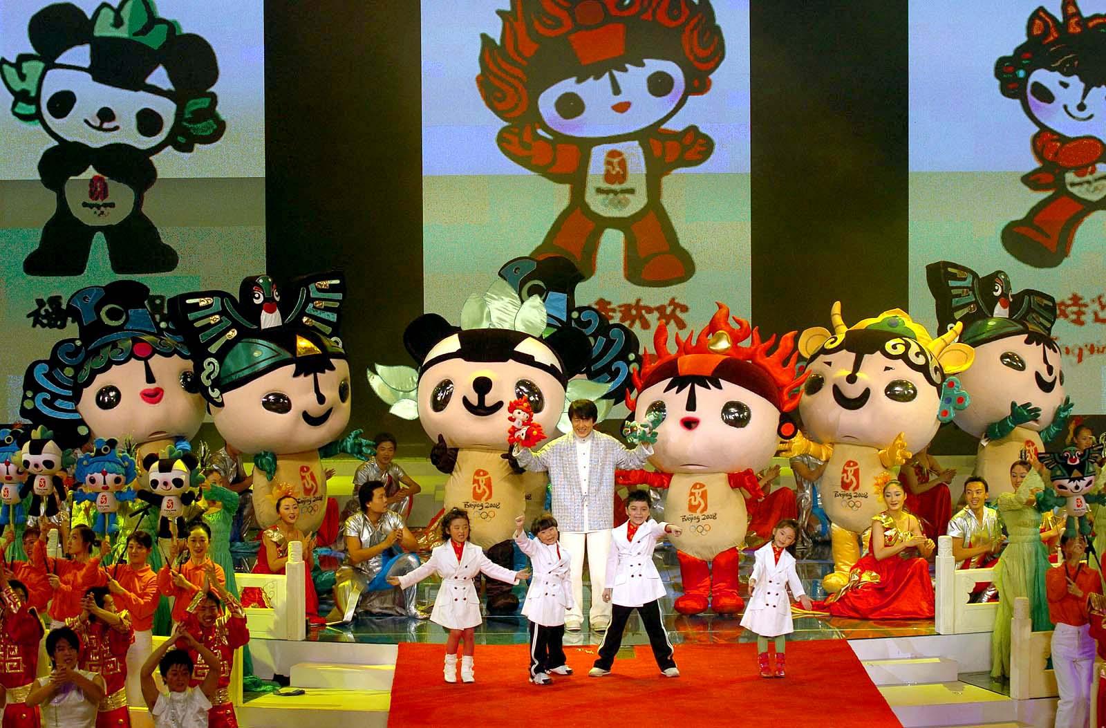 福娃是五个拟人化的娃娃,他们的原型和头饰蕴含着与海洋、森林、火、大地和天空的联系,应用了中国传统艺术的表现方式,展现了灿烂的中国文化的博大精深。 吉祥物的每个娃娃都代表着一个美好的祝愿:贝贝象征繁荣、晶晶象征欢乐、欢欢象征激情、迎迎象征健康、妮妮象征好运。