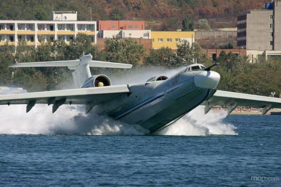 俄一架私人水上飞机与一架小型直升机8日晚在一座