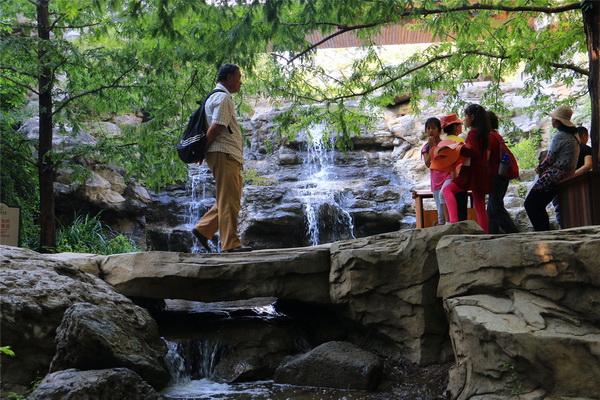 在北京植物园樱桃沟景区内,重现的飞瀑流泉景观吸引了大量游客拍照.