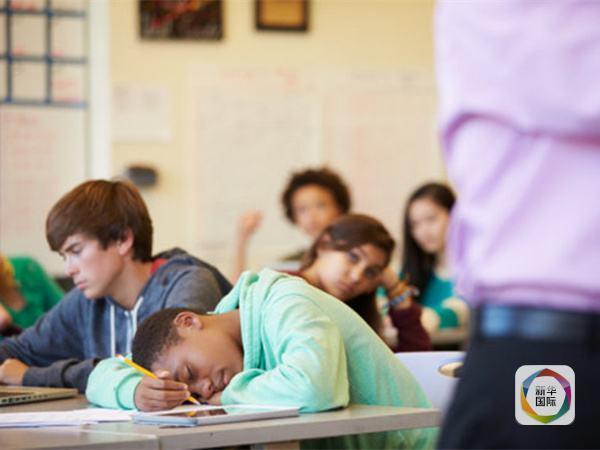 在本月7日到9日举行的英国科学节上,牛津大学研究人员保罗凯利介绍他在这方面的观点:现行上学时间其实是与青少年本身的生物钟相悖的,与其责怪孩子们课堂打瞌睡,不如将上课时间往后推迟,这样对青少年长身体和学习两方面都好。 凯利是研究睡眠和生物钟的专家,他曾在期刊《学习、媒体与技术》上发表一篇论文,呼吁推迟学校上课的时间,让青少年多睡一会。 先介绍结论,凯利认为,10岁孩子早晨开始上课时间应在8:30到9:00之间,16岁学生开始上课时间应在10:00到10:30之间,18岁学生开始上课时间应在11:00到11: