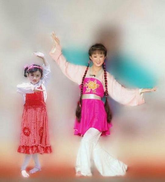照片中,赵丽颖把自己现在的一组古装扮相照和童年萌照对比,相同