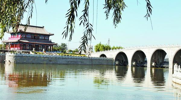 通州东濒北运河,西距京城咫尺之遥,这一得天独厚的地理位置,理所当然地成为出入京城的东大门。《永通桥碑记》载:通州在京城之东,潞河之上,凡四方万国贡赋由水道以达京师者,必萃于此,实国家之要冲也。早年间无论来往北京的官员,赴京应试的举子,还是南来北往的商客,甚至外国来华的使臣,大多自运河而来,在通州弃舟僦车(轿子)进京,所以通州历史上就被称为北京东大门。 有学者考证,《红楼梦》第三回所写林黛玉弃舟登岸之地,便是通惠河的张家湾码头(另说大通桥码头)。据传曹家曾在张家湾开有当铺,所以曹雪芹对通州及运河沿