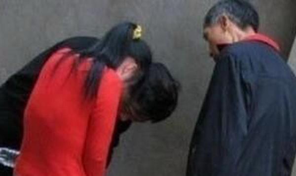 东北老头操妇女视频_视频截图 一名妇女和三个老头嘿咻激战老头和中年妇女野外性交易.