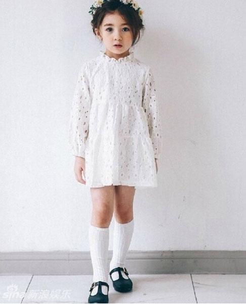 新浪娱乐讯近日一个5岁的混血宝宝模特网络走红,大眼呆萌的她造型多