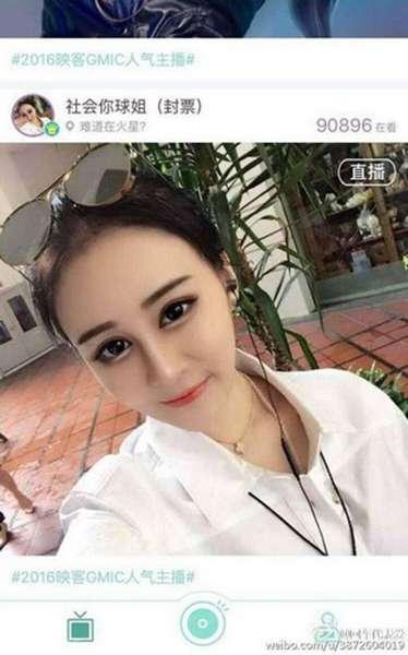 照片中,赵本山女儿画着浓妆出镜,皮肤白皙浓眉大眼,一副网红的派头.