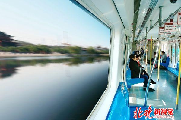 04现代北京-北京现代化交通-舒适的城铁车厢+孙建平_副本