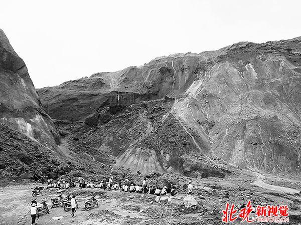 5月24日,人们聚集在缅甸克钦邦帕敢矿区塌陷事故现场.