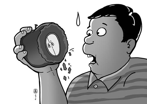 5月17日上午11时,记者来到兰州大青山蔬菜瓜果批发市场。在苹果交易区一专售静宁苹果的商铺前了解苹果价格。老板告诉记者,苹果全部成件批发,一斤批发价2.8元,均是连同纸箱一起出售。随后,记者又来到隔壁一家苹果批发商铺询问价格,老板称静宁红富士每斤2.9元,拿得多2.7元。那如果不要纸箱子,只要苹果,多少钱?记者问。该老板迟疑了片刻说,一般都是整箱子批发,如果只要苹果,按净重算,就不是这个价了,每斤得加5角至6角。 记者采访发现,在大青山批发市场购买苹果,整箱子买和不要箱子只买苹果,两种售价差距很大,其实