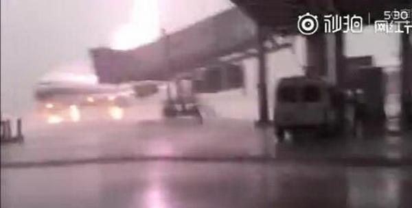 视频截图 据了解,被雷电击中的这架飞机是南航一架已经执行完当天航班任务停场准备检修的B737-800型飞机, 当时航班上没有旅客和机组人员,雷电发生时候,机务维修人员也在安全区域躲避雷雨。 当天下午的雷雨过后,机务人员对飞机进行了初步检查, 发现在飞机轮胎部位有疑似雷击痕迹。经机务专家仔细检查后确认,飞机并未遭受任何损失。但为保险起见,航空公司仍然对飞机轮胎进行了更换。同时为确保万无一失,飞机仍被拖至机库作进一步全面检查。