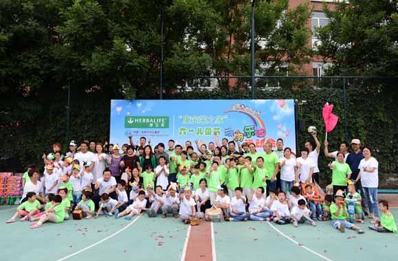动物趣味运动会上,兔子跳、袋鼠运西瓜、疯狂毛毛虫各色趣味游戏让孩子们在节日的气氛中享受运动,感受欢乐。这次趣味运动会不仅是对儿童节的庆祝,也是对孩子们拥有健康体魄的庆祝!他们在康宝莱的关怀之下重获了健康和快乐。 截至目前,康宝莱在全球设立了125家康宝莱之家,这些家庭大多设立在国际SOS儿童村。中国已经先后在成都、北京和南京创建了三所康宝莱之家,康宝莱每年都为每一个康宝莱之家捐助款项,不仅仅要为这里的孩子带来健康、营养的饮食,也希望为他们营造一个温暖、幸福的家庭环境。今年在秉承康宝莱致力为贫苦孩子提供健