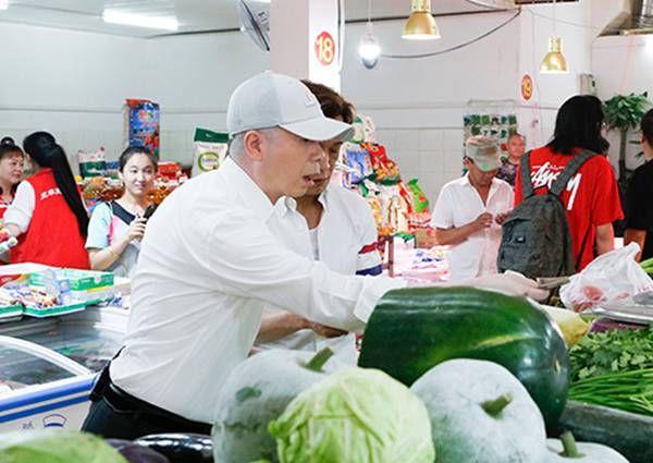 冯小刚买菜砍价 网友:地主家也没有余粮啊!钱就是这么