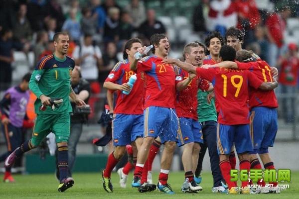比赛看点 黑马之战勇者胜: 在小组赛首轮交锋中,匈牙利爆冷2比0力克奥地利,而冰岛则1比1逼平本组实力最强的葡萄牙。两支被视为鱼腩部队的球队表现让人刮目相看,此番对决也被视为黑马之战。匈牙利若胜则将锁定晋级资格,而冰岛也期待迎来队史首场欧洲杯正赛的胜利。 匈牙利剑指两连胜: 匈牙利在首轮的表现让人刮目相看,他们能否延续强势值得关注。和冰岛一战,匈牙利或许将和对手展开对攻大战。人员方面,匈牙利的洛夫伦希茨预计因伤缺阵,此外菲奥拉也有伤在身,是否能够出场还要看临场状态。不过匈牙利主帅表示,他们是一支依靠整体