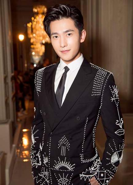 杨洋珠绣西装亮相 网友:长得帅什么风格都能驾驭随意切换