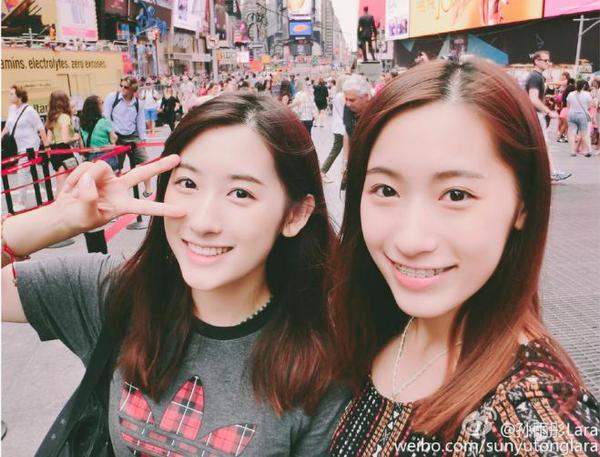 组复旦大学双胞胎姐妹花的照片在网上热传,她们不仅长相甜美,清纯可爱