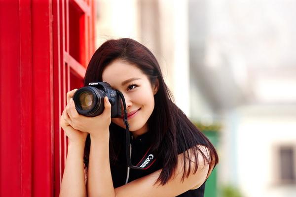 江一燕办摄影展 网友:喜欢你这样如莲般的女子