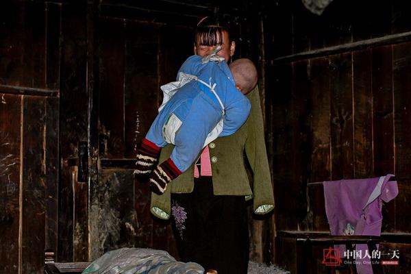 无臂女孩两腿喂奶 最大梦想是能够装上一副假臂